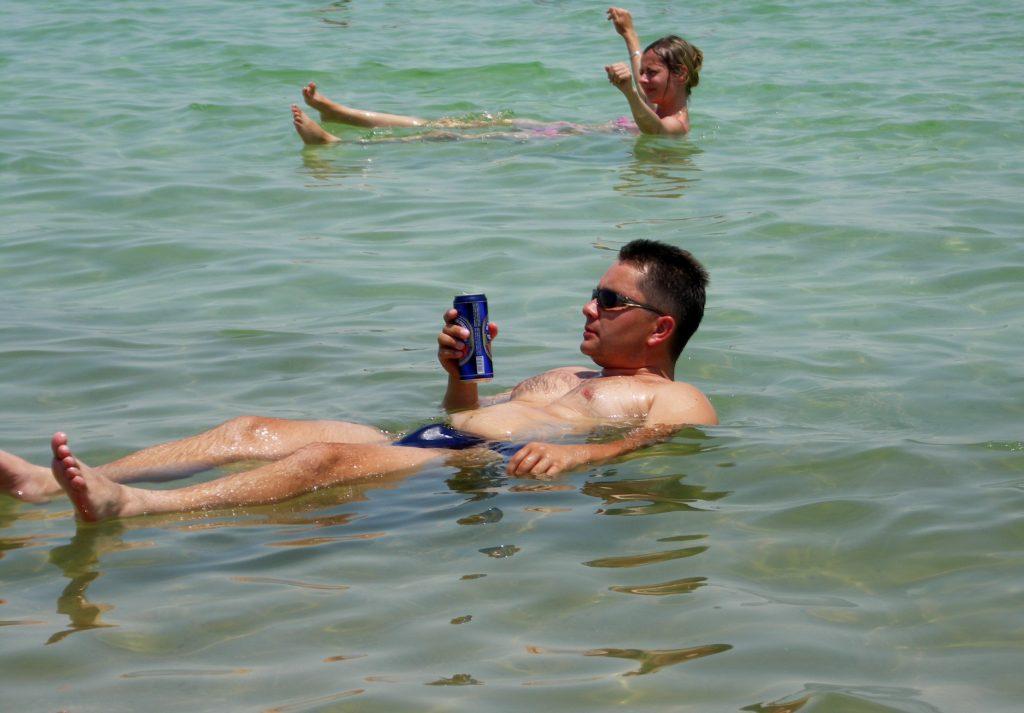Pływanie stylem grzbietowym jest najbezpieczniejsze.