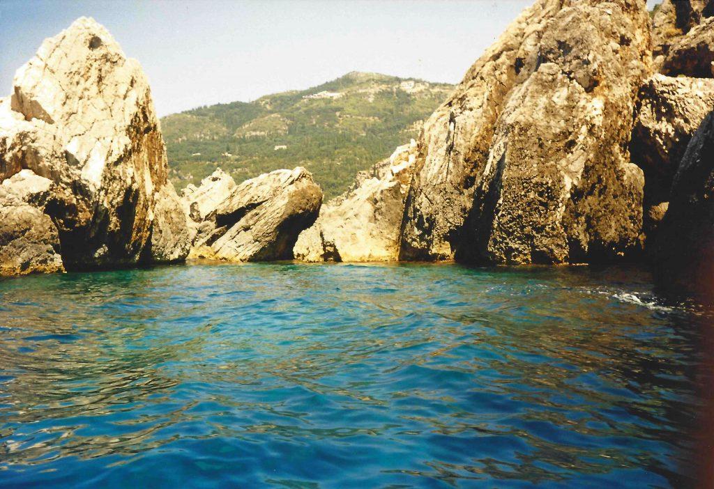 Wśród tych skał można pływać cały dzień
