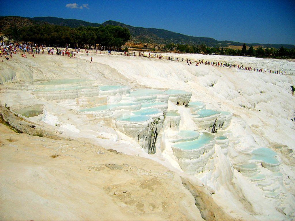 Białe baseny z drugiej strony
