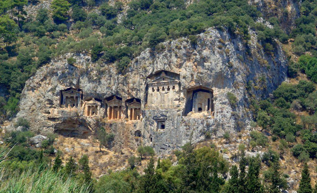Wykute w skale grobowce likijskie