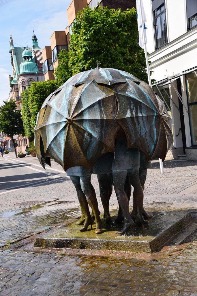 Bardzo charakterystyczna dla Trelleborga fontanna z panienkami osłoniętymi parasolami